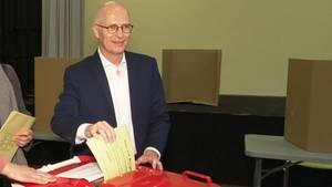 Peter Tschentscher (SPD) bei der Stimmzettel-Abgabe in Hamburg