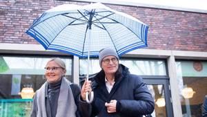 Peter Tschentscher und Frau vor dem Wahl-Lokal in Hamburg