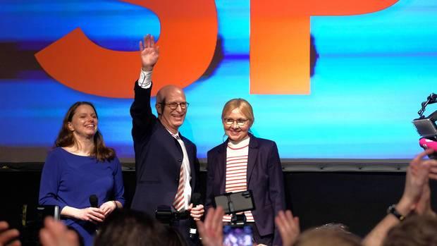 Peter Tschentscher jubelt mit seiner Frau Eva-Mariaund der SPD-Landesvorsitzenden Melanie Leonhard