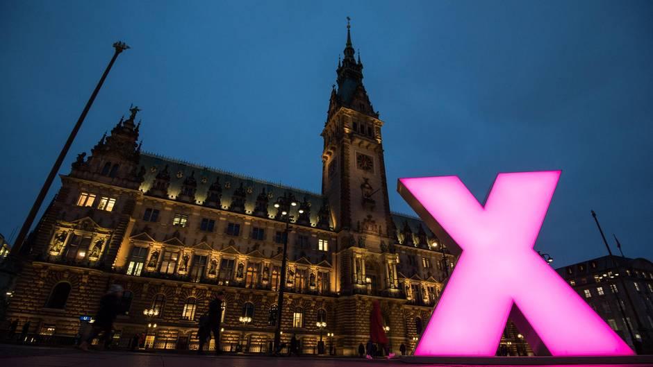 Hamburg: Ein großes beleuchtetes Kreuz steht als symbolisches Wahlkreuz auf dem Rathausmarkt vor dem Rathaus