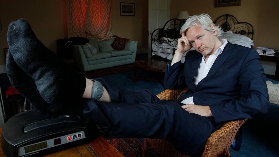 Großbritannien, Bungay: Julian Assangesitzt 2011 mit einer Fußfessel an seinem Knöchel auf einem Stuhl.