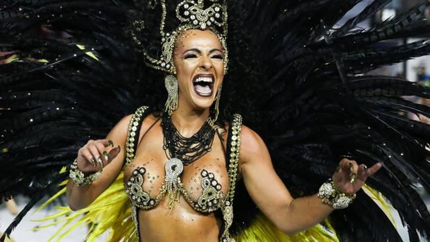 Eine Tänzerin der Barroca Zona Sul Samba School