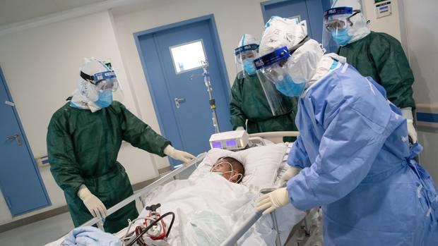 Coronavirus in China: Ärzte kümmern sich um einen Covid-19-Patienten