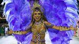 Viel Glitzer, Federn und Haut zeigt diese Tänzerin der SambaschuleMangueira