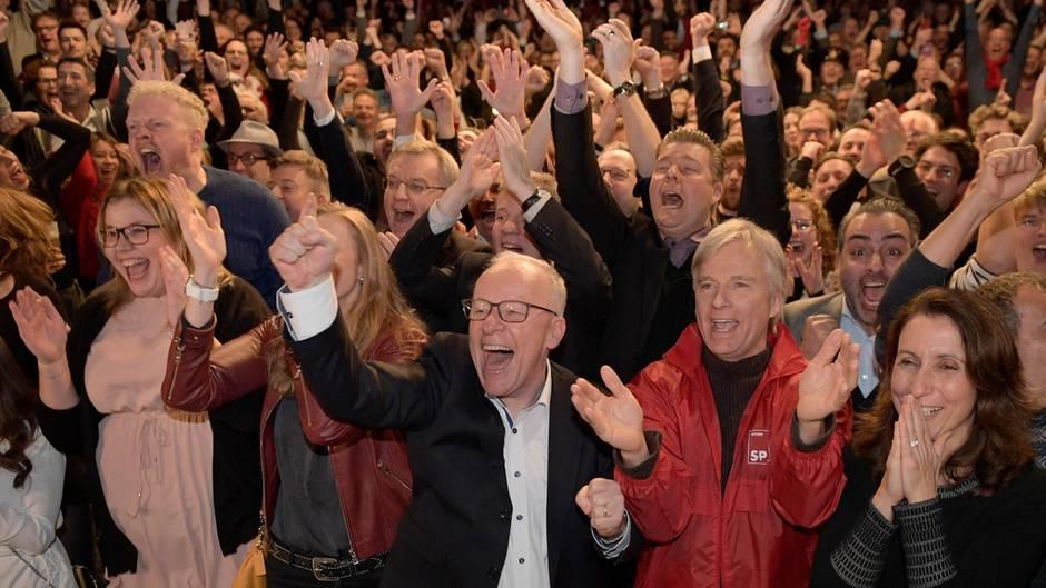 Die Anhänger der SPD freuen sich über das Wahlergebnis ihrer Partei in Hamburg