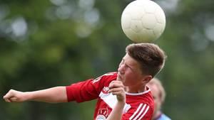 Ein D-Jugendspieler spielt Kopfball (Symbolfoto)