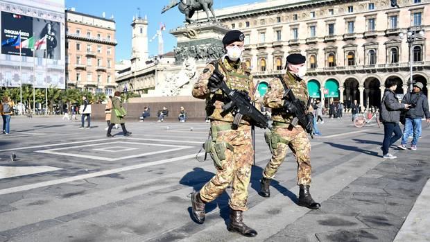 Soldaten tragen Mundschutz und patrouillieren über den Domplatz (Piazza del Duomo)