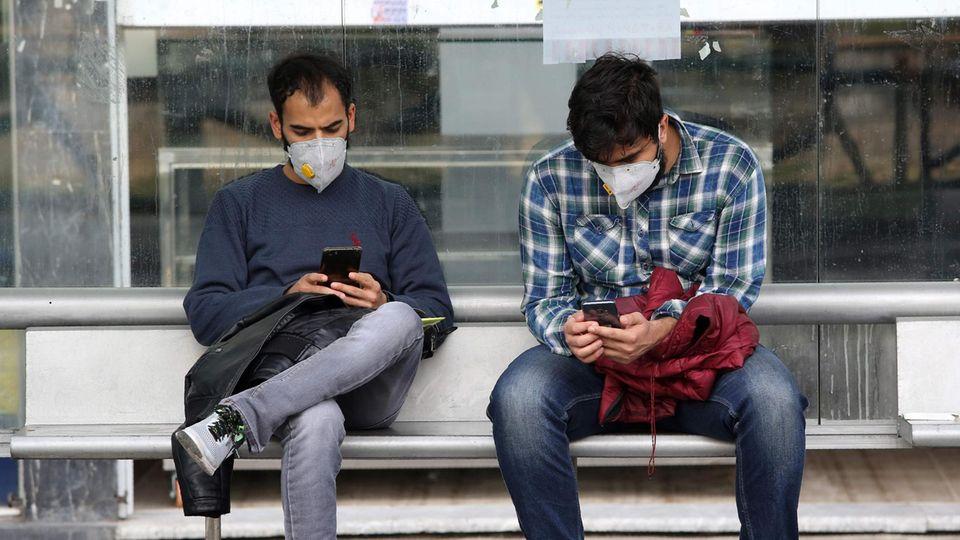 Menschen tragen Mundschutz um sich vor dem Coronavirus zu schützen
