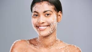 Ein Körperpeelingkann das Hautbild verfeinern