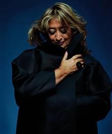 Die Architektin Zaha Hadid blickt auf den Boden