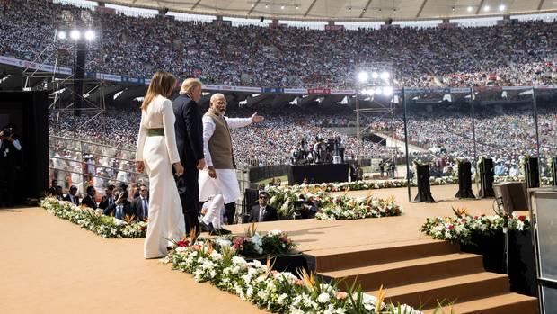 Ahmedabad: Melania Trump, Donald Trump und Narendra Modi bei einer Willkommenveranstaltung