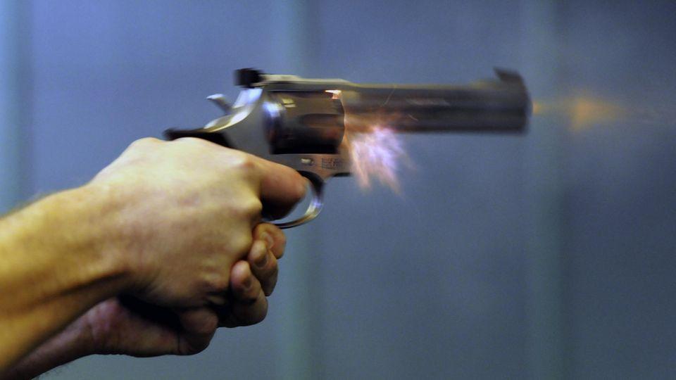 Ein Sportschütze trainiert mit einem Revolver Kaliber 357 von Smith&Wesson
