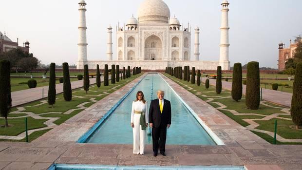 Indien, Agra: Donald Trump undseine Frau Melania Trumpposieren vor demTaj Mahal