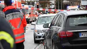 Auto rast in Karnevalszug im hessischen Volkmarsen