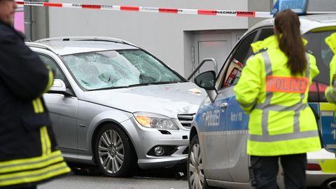 Die Windschutzscheibe des Mercedes ist schwer beschädigt