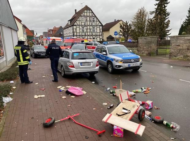 Die Überreste eines Bollerwagen liegen auf dem Gehweg, dahinter das Fahrzeug, das in die Menge gefahren ist
