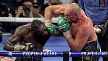 Tyson Fury malträtiert seinen GegnerDeontay Wilder