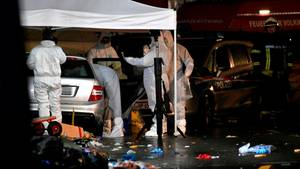 Volkmarsen: Ermittler untersuchen am Abend in Volkmarsen das Fahrzeug des Täters