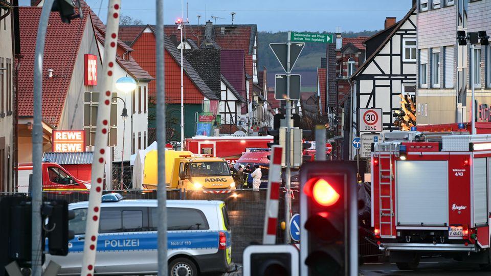 Einsatzkräfte von Polizei und Feuerwehr und ein Abschleppwagen stehen in Volkmarsen