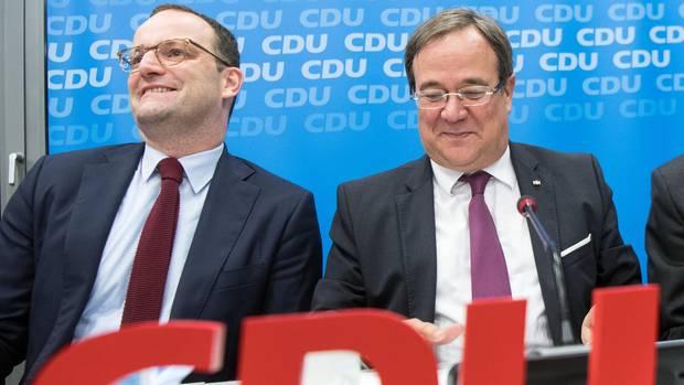 Jens Spahn (l.) und Armin Laschet vor einem CDU-Logo
