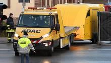 Ein Abschleppwagen bringt das Auto weg vom Tatort in Volkmarsen