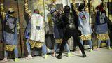 In diesem Jahr wird der Wettstreit der Sambaschulen in Rio auch mit Protesten gegen die Politik des umstrittenen ultrarechten Staatschefs Jair Bolsonaro begleitet. Die SamabschulePrimeira de Mangueira wendet sich in diesem Bild gegen die zunehmende Polizeigewalt im Land.