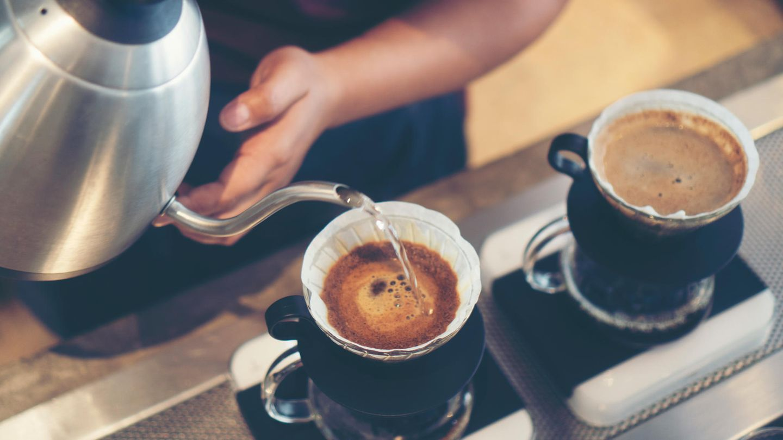 Filterkaffee  Lange Zeit war Omas Filterkaffee verpönt - er schmeckte bitter und verbrannt. Aber der handgebrühte Filterkaffee hat schon vor einigen Jahren sein Revival gefeiert.Zwar wird jetzt nicht mehr mit Omas Kaffeemaschine gebrüht, zumindest nicht in den hippen Coffee-Shops, sondern mit einem Handfilter aufgegossen, aber das Prinzip bleibt dasselbe: Kaffeepulver wird mit heißem Wasser übergossen.