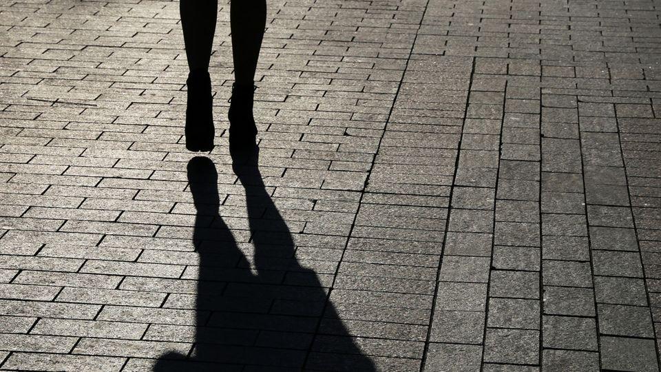 Eine Frau geht auf einer Straße entlang