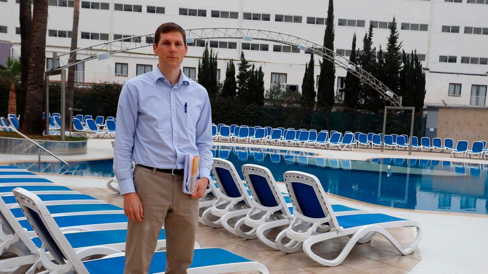 Samos-Hoteldirektor Christoph Gräwert steht am Pool seines Hotels in Magaluf
