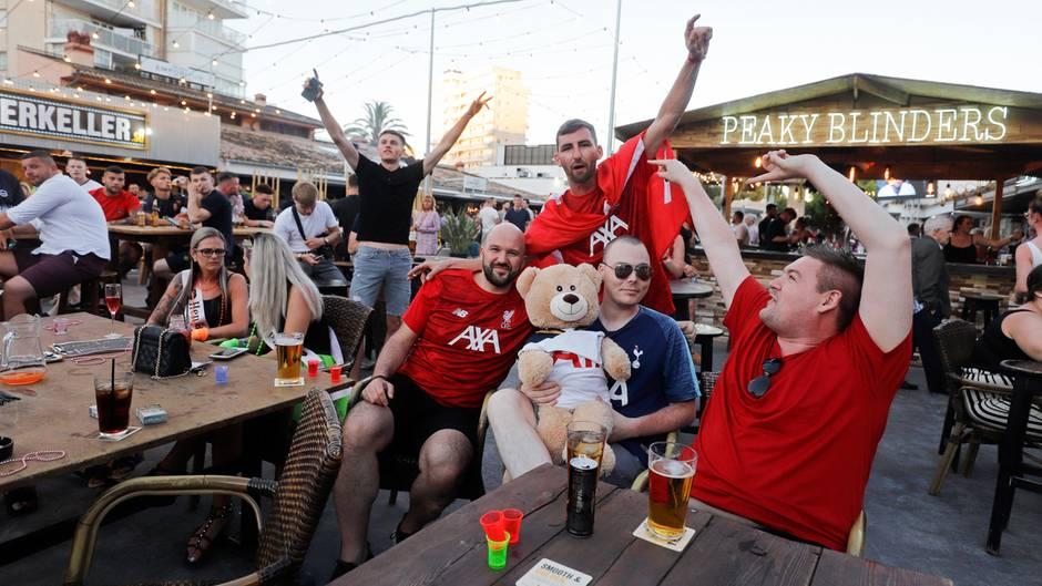Hier wird viel Alkohol konsumiert: britische Fußballfans inMagaluf
