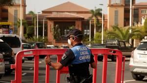 Teneriffa: Eine Polizistin setzt eine Sperre, die den Zugang zum Hotel H10 Costa Adeje Palace blockiert.