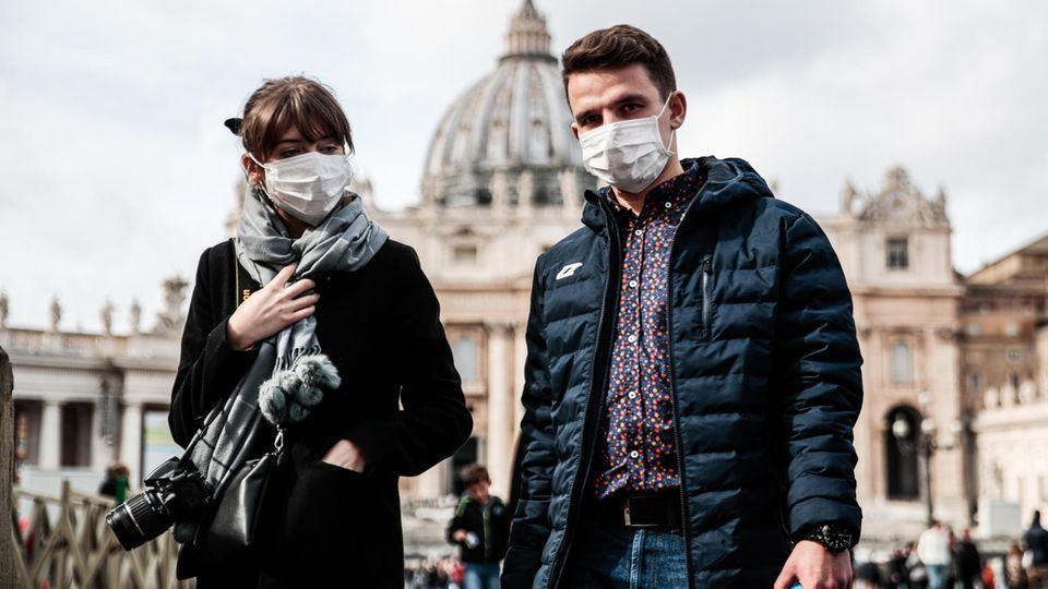 Auch in Rom tragen immer mehr Touristen und Einheimische Atemschutzmasken – wie hier auf dem Petersplatz