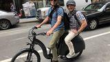 In den USA sind zwei Personen auf einem Rad erlaubt. Die EU duldet nur Kinder als Passagier.