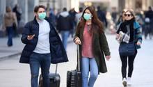 Coronavirus: Touristen mit Mundschutz in Mailand