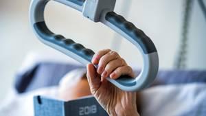 Eine Patientin liegt in einemPflegebett im Palliativ-Zentrum in der Helios Klinik in Schwerin