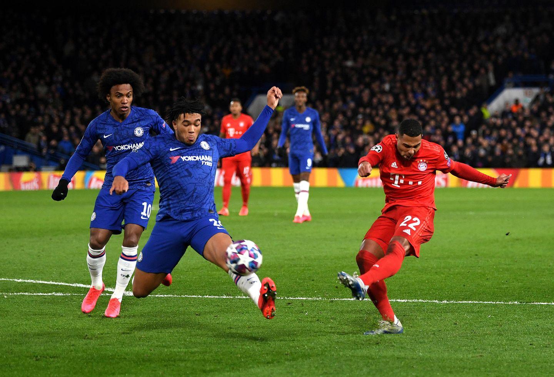 sport kompakt: Bedrängt von Reece James schießt Serge Gnabry aufs Tor des FC Chelsea