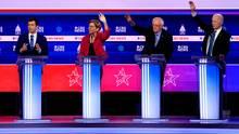 Die US-Demokraten Michael Bloomberg, Pete Buttigieg, Elizabeth Warren und Joe Biden diskutieren mit Bernie Sanders (2.v.r.)