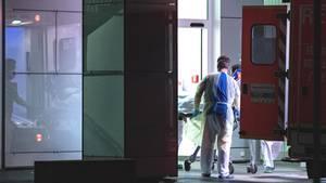 Mitarbeiter der Uniklinikin Düsseldorf nehmen den ersten Coronavirus-Infizierten in Nordrhein-Westfalenin Empfang
