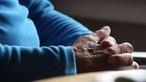 Gefaltete Hände - Verfassungsgericht sieht Recht auf selbstbestimmtes Sterben