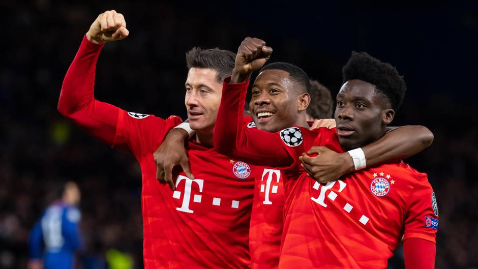 Champions League: Bayern-Spieler Robert Lewandowski, David Alaba und Alphonso Davies jubeln über das Tor zum 3:0