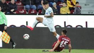 Bukarest-Stürmer Florinel Coman im Zweikampf mit einem Spieler von SFR Cluj