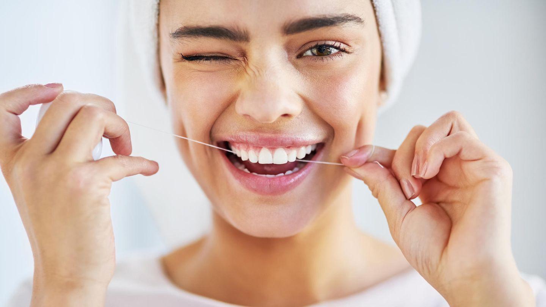 Die richtige Technik ist bei Zahnseide sehr wichtig (Symbolbild)