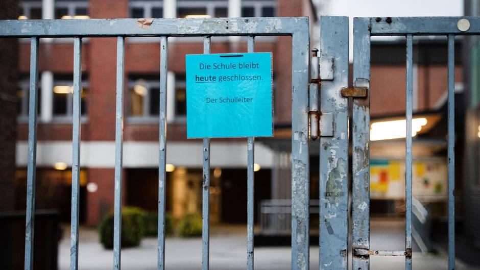 """Heinsberg: Ein Hinweis """"Die Schule bleibt heute geschlossen"""" hängt am Eingang eines Gymnasiums"""