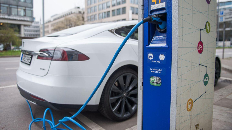 Ein Tesla-Fahrzeug steht an einer Strom-Tanksäule