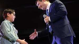 Pete Buttigieg schüttelt die Hand von dem neunjährigen Zachary Ro bei einem Wahlkampfauftritt in Denver.