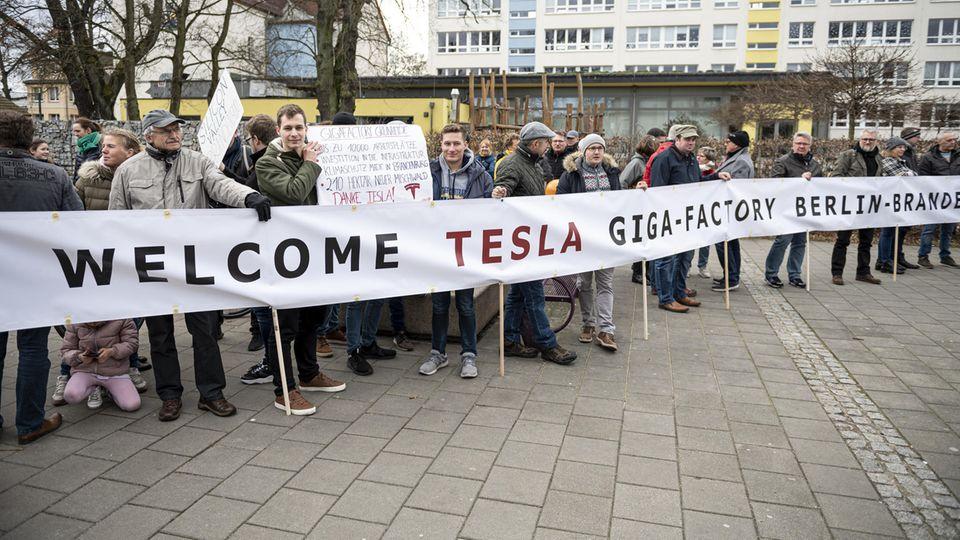 Elektro-Pionier: Tesla baut in Brandenburg: Was macht die neue Fabrik mit den Menschen vor Ort – jetzt schon?