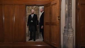 Lindsay Hoyle (l.), Sprecher im britischen Unterhaus, wird der wiederentdeckte Geheimgang gezeigt