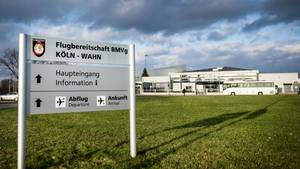"""Ein Schild mit der Aufschrift """"Flugbereitschaft MBVg Köln"""" steht am Militärflughafen Köln-Wahn in Köln (Nordrhein-Westfalen). Nach dem ersten nachgewiesenen Coronavirus-Patienten in Nordrhein-Westfalen wird ein Soldat als Kontaktperson des Erkrankten auf eine mögliche Infektion getestet."""