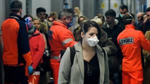 Passagierin mit Schutzmaske