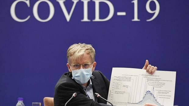 Bruce Aylward, stellvertretender Generaldirektor der Weltgesundheitsorganisation (WHO), spricht bei einer Pressekonferenz